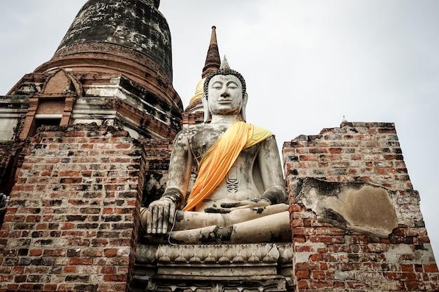 Grande image de bouddha magnifique dans l'histoire d'un temple asiatique à ayutthaya, thaïlande
