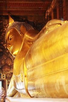 Grande image dorée de bouddha couché au temple de wat pho, thaïlande.
