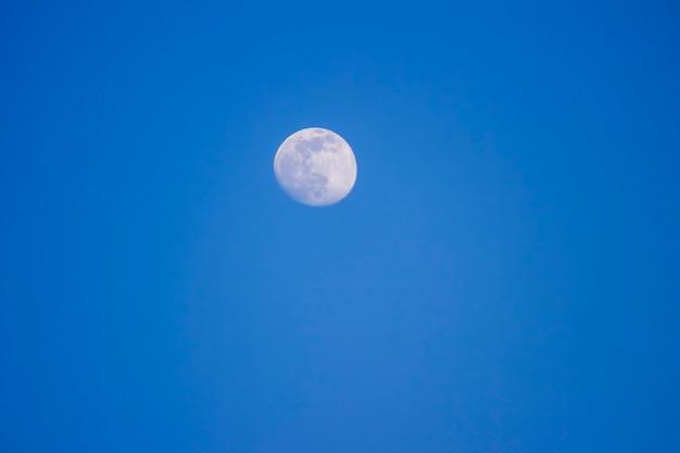 Grande lune sur fond bleu