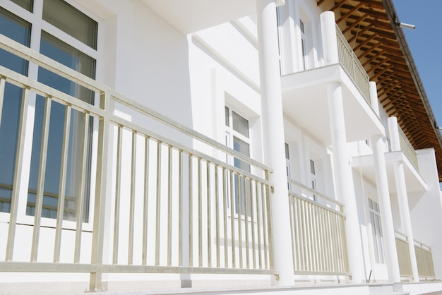 Grande maison de campagne blanche de deux étages