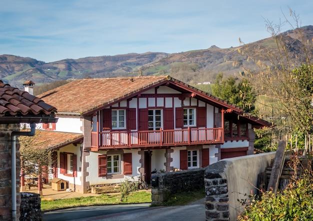Grande maison entourée de montagnes et d'arbres