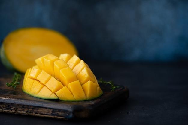 Grande mangue mûre coupée en morceaux