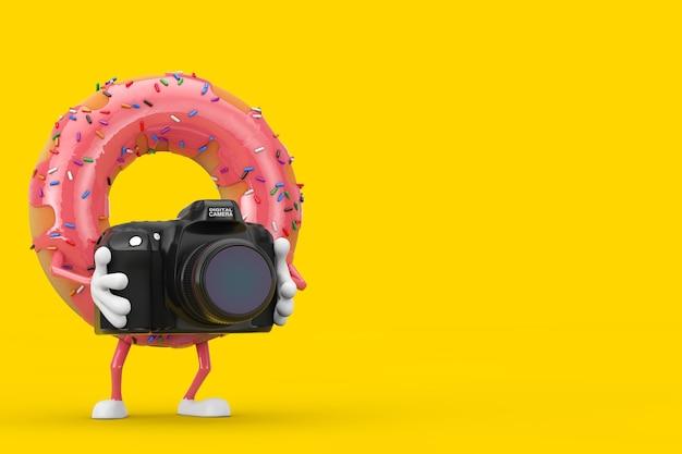 Grande mascotte de personnage de beignet glacé rose fraise avec appareil photo numérique moderne sur fond jaune. rendu 3d