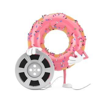 Grande mascotte de personnage de beignet glacé rose fraise avec bande de cinéma de bobine de film sur fond blanc. rendu 3d