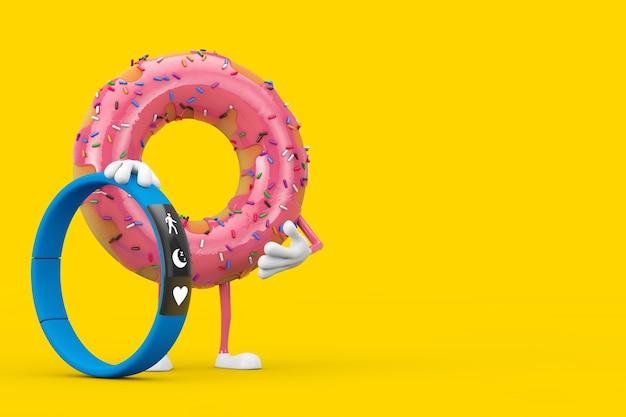 Grande mascotte de personnage de beignet glacé rose fraise avec traqueur de fitness bleu sur fond jaune. rendu 3d