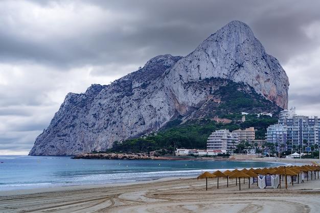 Grande montagne au bord de la mer dans la ville de calpe à alicante.