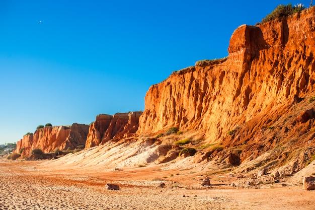 Grande montagne sur la plage de sable au portugal