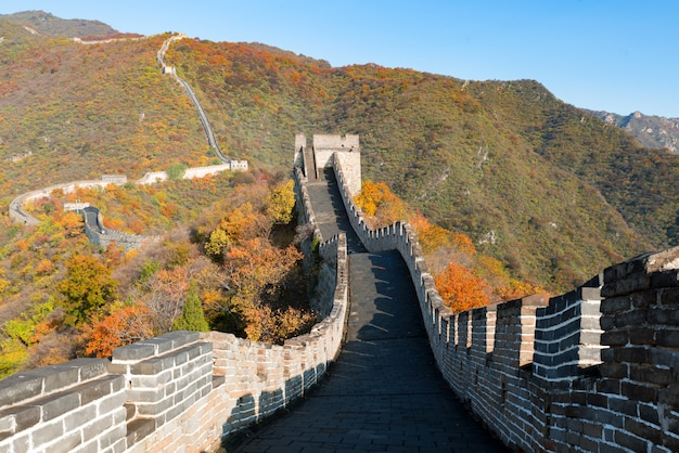Grande muraille vue distante compressé tours et segments de mur