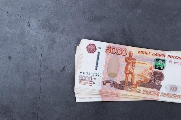 Grande pile de billets de banque russes de cinq mille roubles