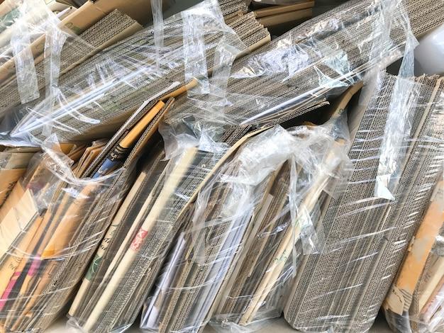 Grande pile de papiers pour le recyclage des vieux papiers. pile de vieux papiers