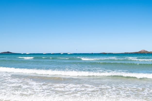 Grande plage de sable sur la commune des «sables d'or les pins» en bretagne à marée basse en été