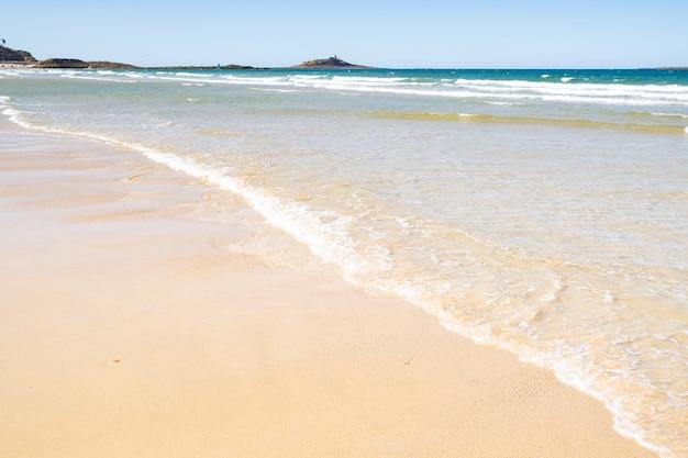 Grande plage de sable dans la ville des sables d'or les pins en bretagne à marée basse en été