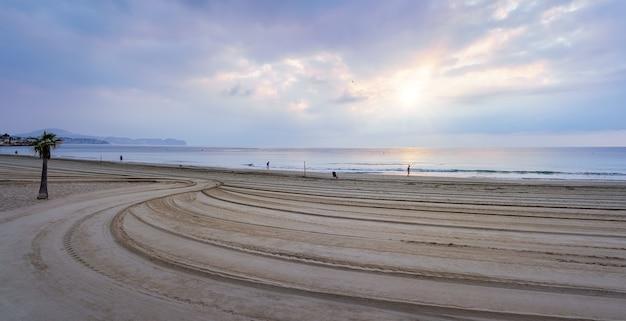Grande plage de sable doré au coucher du soleil de fin d'été.