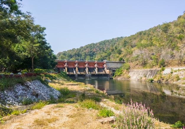 La grande porte du barrage de retenue pour le système d'irrigation.