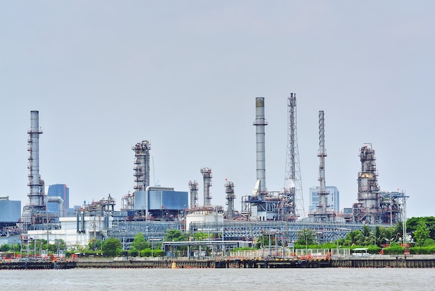 Grande raffinerie de pétrole au bord de la rivière