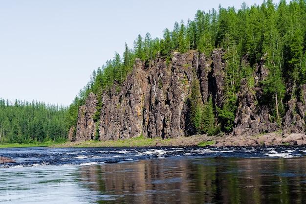 Grande rivière de sibérie orientale. affluent des yenisei. territoire de krasnoïarsk.