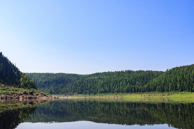 Grande rivière de sibérie orientale. beaucoup d'eau et beaucoup de ciel. région de krasnoïarsk.