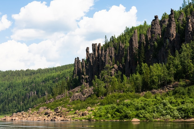 Grande rivière de sibérie orientale. falaises et nuages. région de krasnoïarsk.