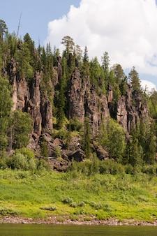 Grande rivière de sibérie orientale. tunguska. falaises fantastiques. territoire de krasnoïarsk.