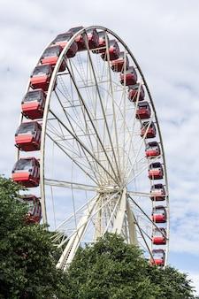 Grande roue avec un arbre devant