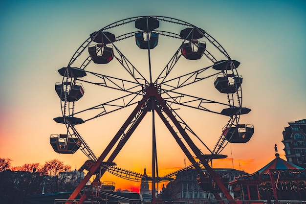 Grande roue au coucher du soleil. attraction populaire du parc