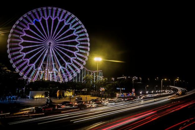 Grande roue au parc d'attractions