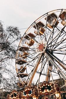 Grande roue en automne avec des lumières. arrière-plan flou