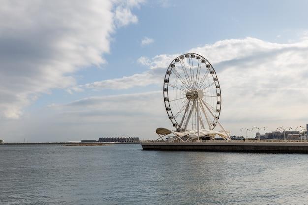 Grande roue sur le boulevard balnéaire de bakou