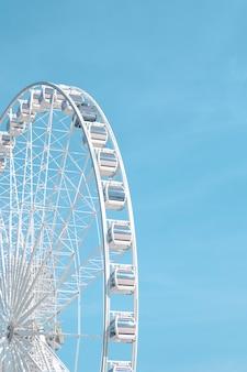 Grande roue et ciel bleu
