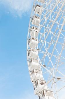 La grande roue classique du parc d'attractions