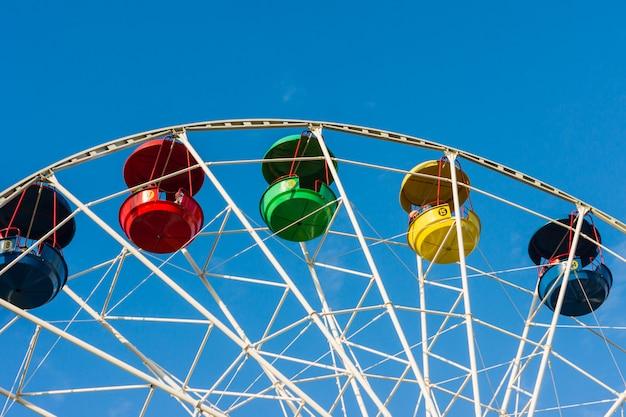 Une grande roue colorée dans un parc pour enfants