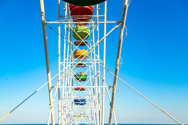 Grande roue colorée du parc d'attractions dans le ciel bleu