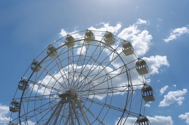 Grande roue contre le ciel