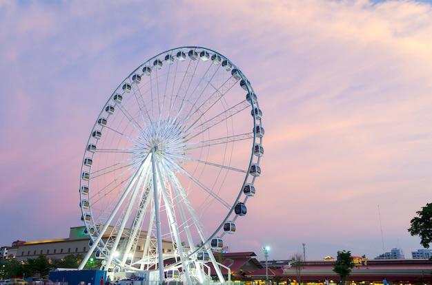 Grande roue coucher de soleil.