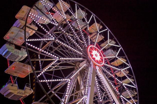Grande roue dans un parc d'attractions dans le nord de l'italie.