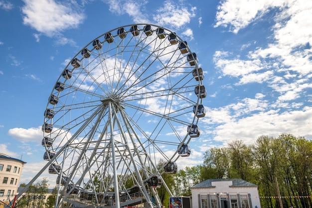 Grande roue dans le parc d'attractions