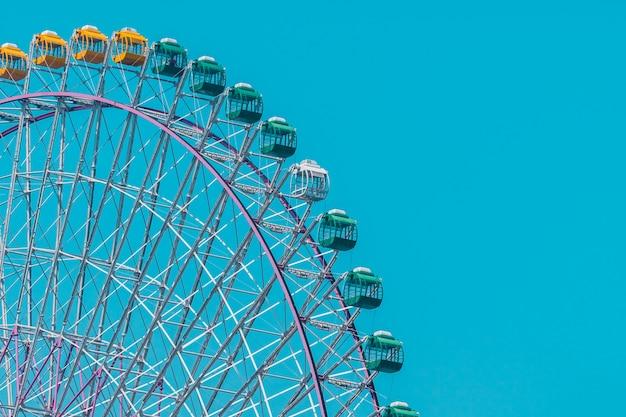 Grande roue dans un parc d'attractions
