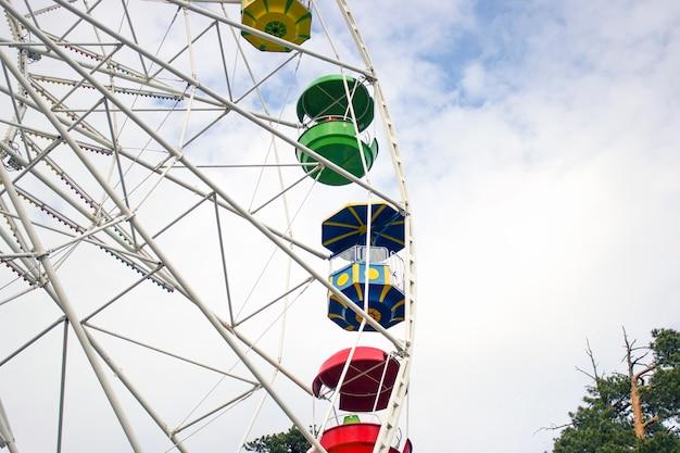 Grande roue dans le parc contre le ciel bleu