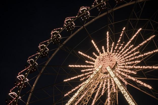 Grande roue dans un parc de nuit. divertissement dans le parc