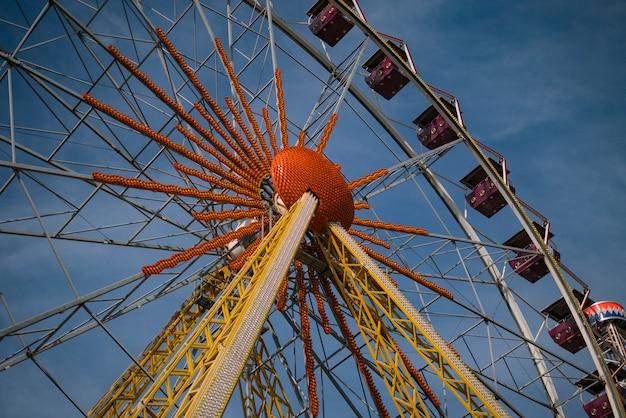 Grande roue dans un parc de nuit
