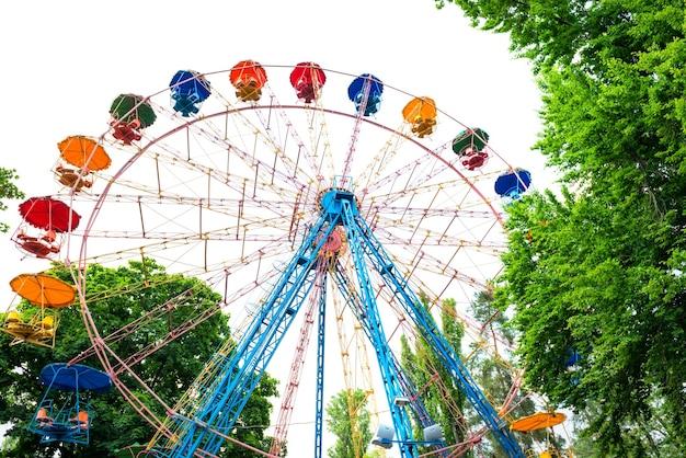 Grande roue dans le parc verdoyant isolé sur fond blanc