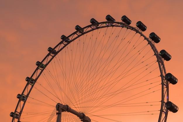 Grande roue dans la soirée.