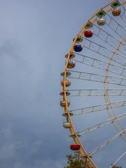 Grande roue de détail grande roue look rétro grande roue dans le parc d'attractions
