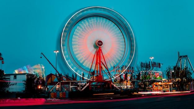 Grande roue à la foire locale