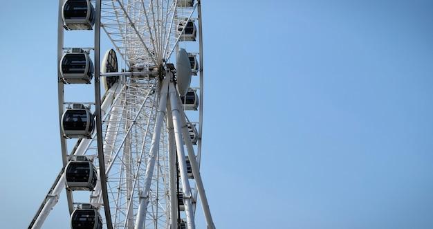 Grande roue sur un fond de ciel bleu en été tournage vertical à faible angle