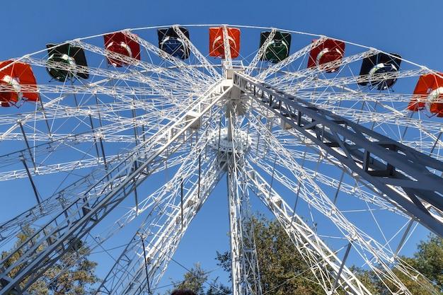 Grande roue sur fond de ciel bleu en journée ensoleillée