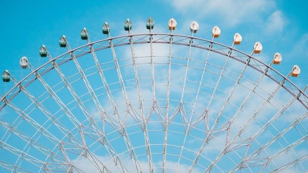 Grande roue sur fond de ciel bleu