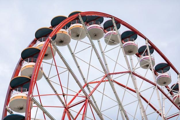 Grande roue sur fond de ciel nuageux dans la journée