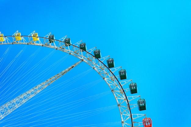 Grande roue sur fond de ciel nuageux