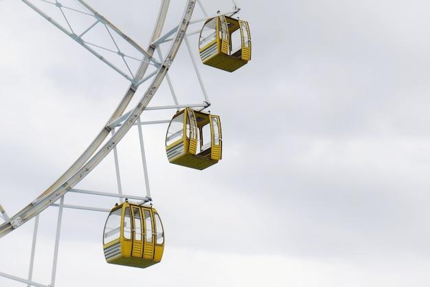 Grande roue jaune contre le ciel